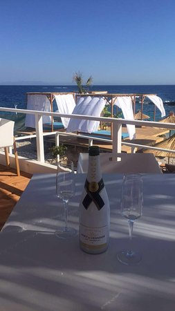 Splendor del Mar Beachbar & Restaurant: Freshen the thirst with a wide selection of our champagne offered on the seaside