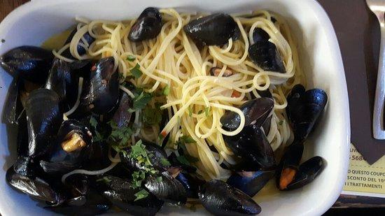 Golden Italy: Spaghetti al kilo di cozze ,alle vongole e spigola in crosta di patate