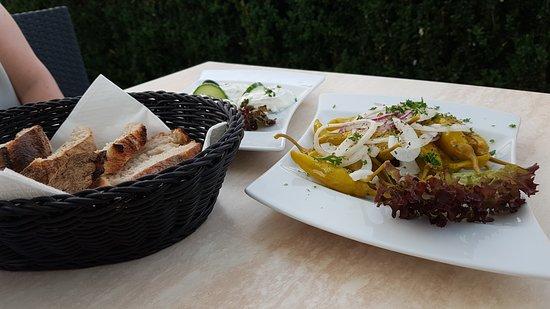 Restaurant Der Grieche: Pepperoni - Tsatsiki - Brot