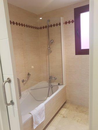 Apartamentos Manilva Green : Cuenta con bañera y bidé