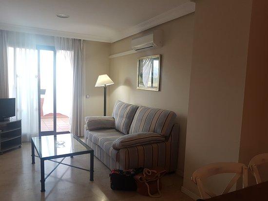 Apartamentos Manilva Green: Sofá cama, comedor y cocina