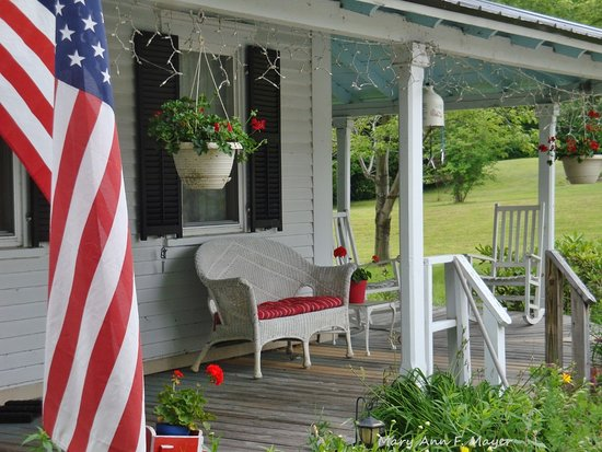 Mt. Washington Bed and Breakfast: Relax on the porch and enjoy the view!