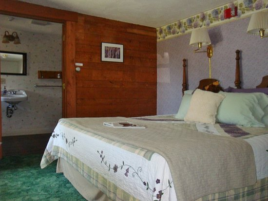 Shelburne, NH : The Goldfinch Room - our first floor room with King bed.