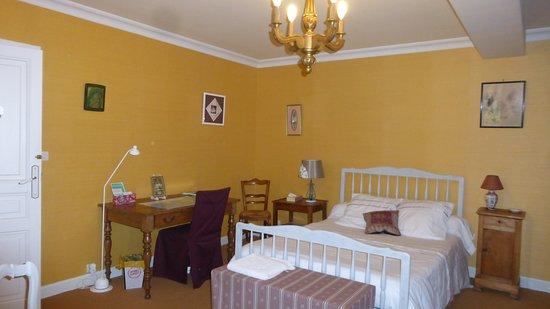 L'ANGEVINE: Guest house: Chambre Garance spacieuse avec bureau
