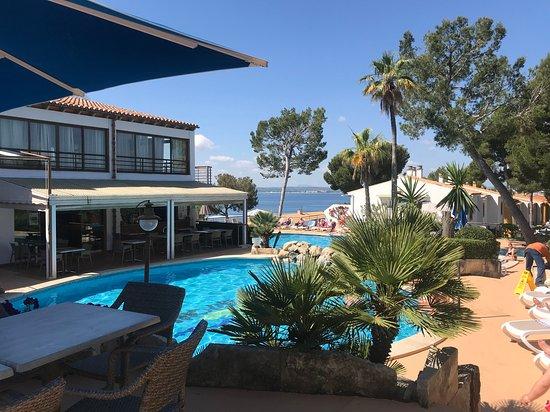 Aparthotel Ona Aucanada: Vista de la piscina y terraza del restaurante