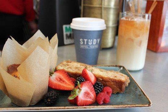 Hotel Teatro: Breakfast + coffee in The Study