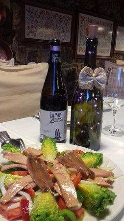 Mogarraz, Spain: Ensalada de canónigos y vino joven la zorra bueno.
