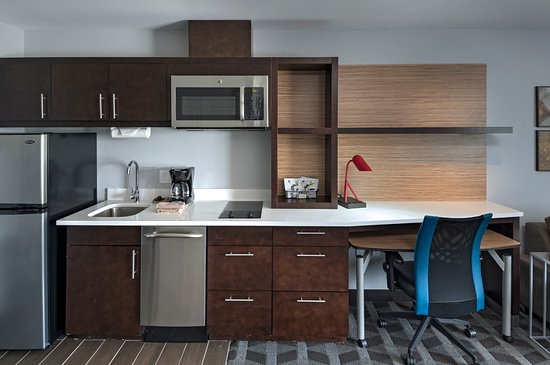 TownePlace Suites Baton Rouge Port Allen: Executive King Kitchenette and Work Desk