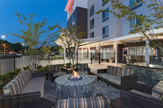 TownePlace Suites Baton Rouge Port Allen: Patio with firepit and outdoor seating