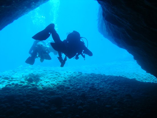 Caldera Diving Center: lava caves