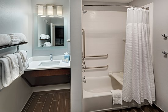 TownePlace Suites Baton Rouge Port Allen: ADA Bathroom Tub Shower