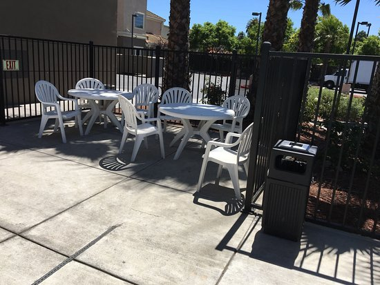 Hampton Inn & Suites San Jose: Tables and chairs in pool area
