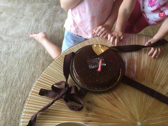 โรงแรม เดอะ ริทซ์ คาร์ลตัน มิลเลเนีย สิงคโปร์: Complimentary cake for birthday girl!