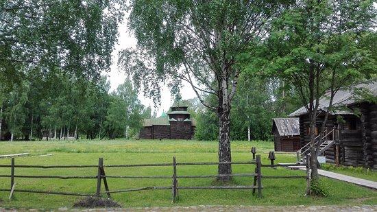 Museum of Wooden Architecture: На территории проложены деревянные настилы к домам и вдоль мощеных дорожек для удобства ходьбы.
