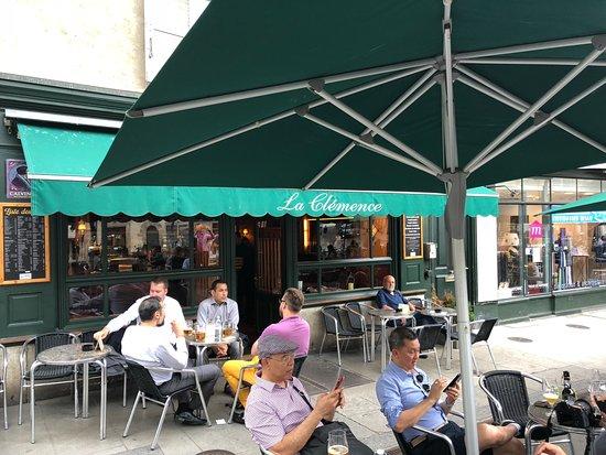 La Clemence : Platz vor dem Café ...