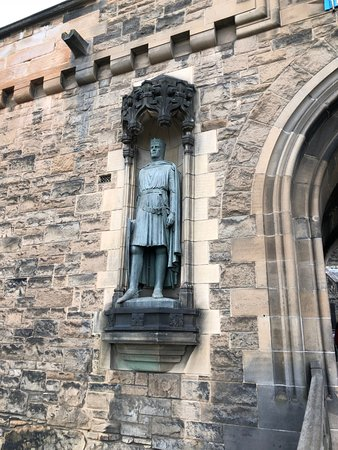 ปราสาทเอดินเบิร์ก: Robert the Bruce greets you as you enter the castle