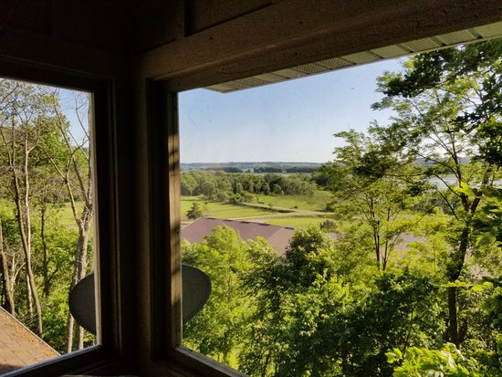 Goldmoor Inn: Screened in porch overlooking the river