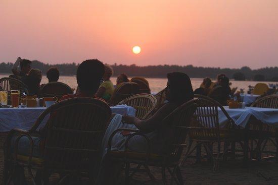 Uddo Life Sunset Bar & Restaurant: Regular scenes