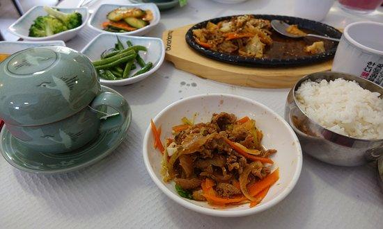 Hanguk Bap: El plato principal (cerdo picante) y una taza de té.