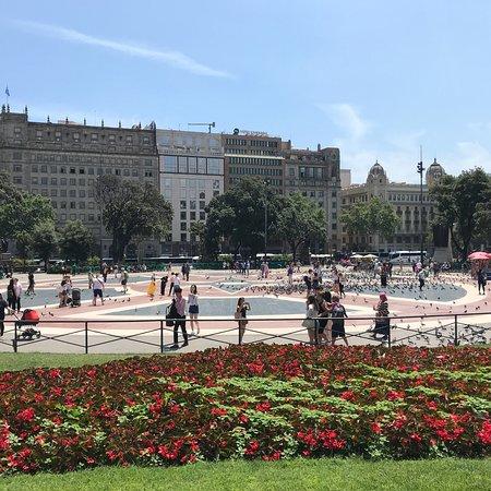 โรงแรมคาทาโลเนียบาร์เซโลนาพลาซา: I took these in a sunny day. Crowded streets with lots of amazing thing for visiting and talking