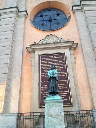 สตอล์คโฮล์มคาเธดราล: Statue with inscription behind