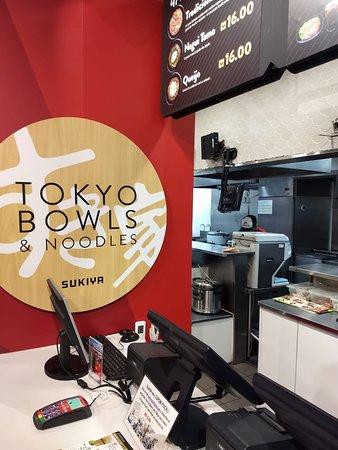 Sukiya: Vista do Balcão do Caixa e Cozinha ao Fundo