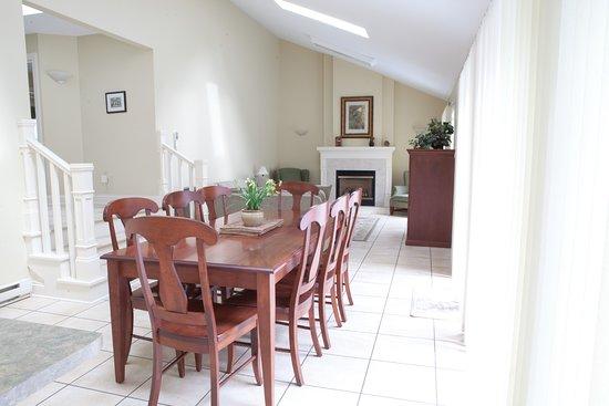 Kindred Spirits Inn & Cottages: Our 3 Bedroom cottage dining and living room.