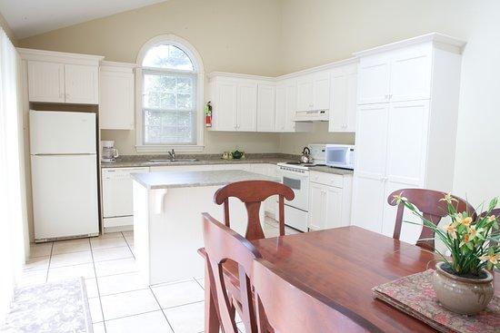 Kindred Spirits Inn & Cottages: Our 3 Bedroom cottage kitchen
