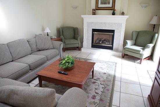 Kindred Spirits Inn & Cottages: Our 3 bedroom cottage living room.