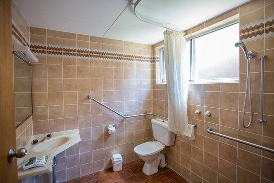 Meramie Motor Inn : Wheelchair Accessible Bathroom