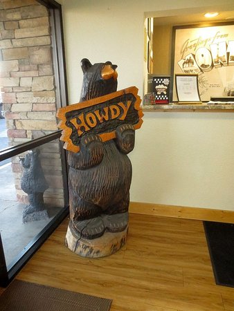 Super 8 by Wyndham Kalispell Glacier National Park : Howdy welcome bear in lobby