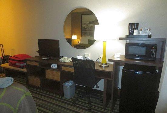 Super 8 by Wyndham Kalispell Glacier National Park : TV, desk and amenities