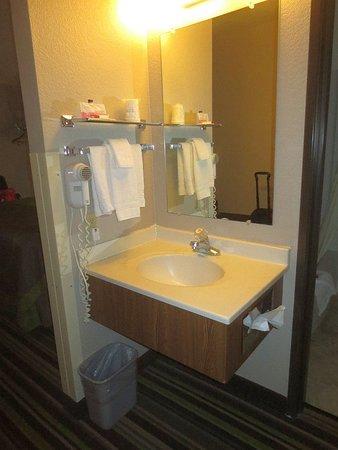 Super 8 by Wyndham Kalispell Glacier National Park : Bathroom vanity