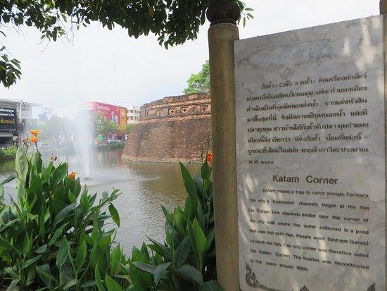 Fort of Ka-Tham: 2コーナーの説明板とお堀