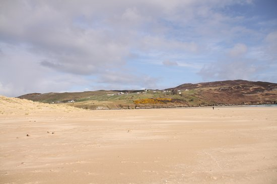 Dunfanaghy, Irlanti: Beach past memorial on which the plane landed looking left to The Ross