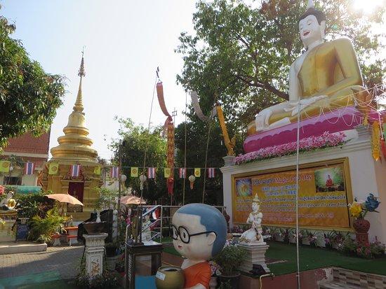 วัดผาบ่อง (มังคลาราม): 7仏像と仏塔