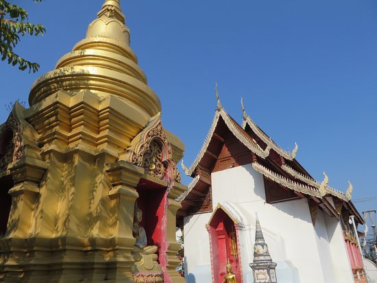 วัดผาบ่อง (มังคลาราม): 8仏塔と礼拝堂