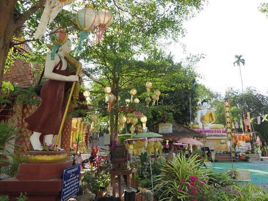 วัดผาบ่อง (มังคลาราม): 9礼拝堂前庭の仏像
