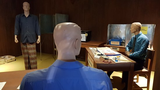 Democratic Government Museum: Vote place with costumed dummies