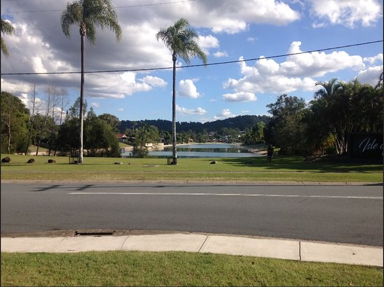 Elanora, Australia: The lake next to the shopping center The Pines.