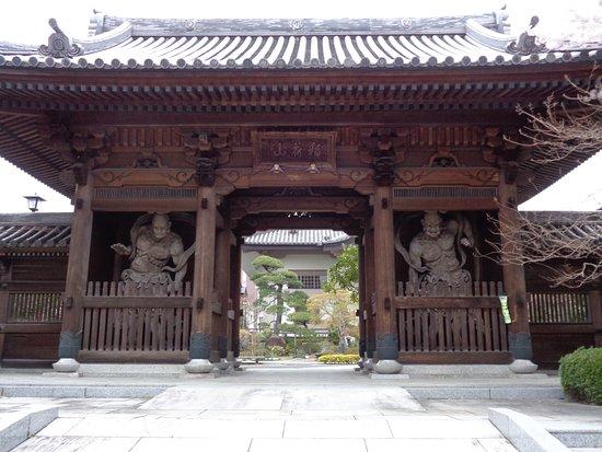 Myoshin-in: 山門の仁王像は、歴史を感じさせる趣きがあります