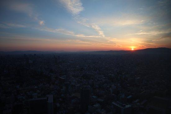 โรงแรม โอซาก้า แมริออท มิยาโกะ: Sun rising over the city (view from the room)