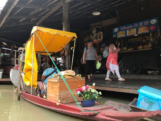 Pattaya Floating Market: vendors parked by walkways