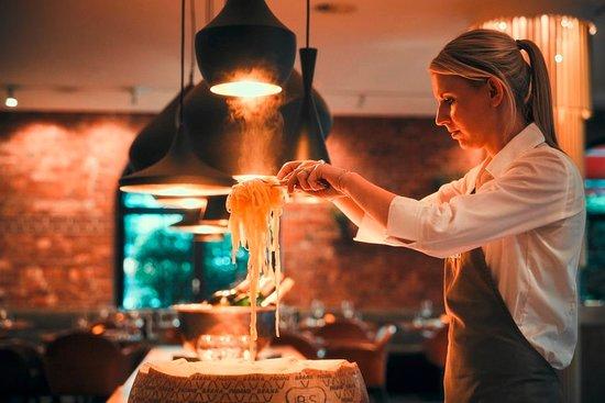 Restaurant Mangold: Tagliatelle im Parmesanlaib geschwenkt / mit schwarzem Sommertrüffel