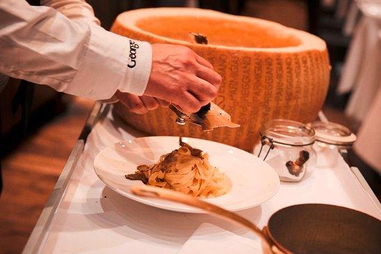 """Restaurant DaCaio: Tagliatelle """"DaCaio"""" mit schwarzem Trüffel, im Parmesanlaib geschwenkt"""