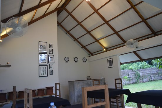 The Countryside Udawalawe : Our small dinning space for plentyful foods ( Breakfast/Lunch/Dinner)