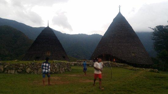 Wae Rebo Village: Pemuda yang bermain sepak bola tradisional