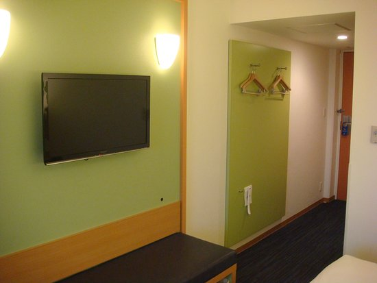 Hotel Nikko Narita: Wall mounted flat screen TV, small hanging space