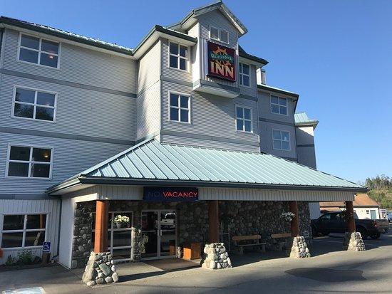 Quarterdeck Inn & Marina Resort: front of hotel as seen from parking lot