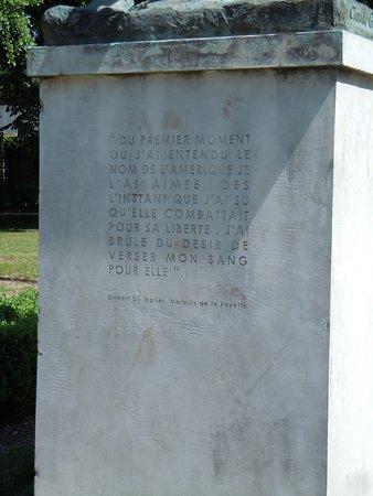 Monument a La Fayette: Inscription sur le socle de la statue
